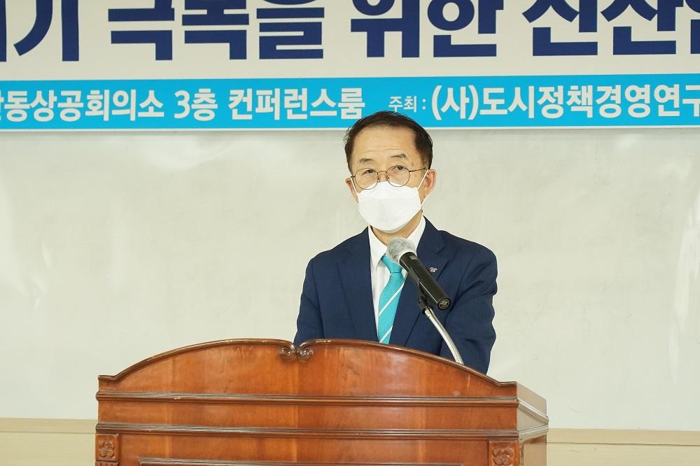 <사진 2> 21일 안동상공회의소에서 개최된 지역혁신·균형발전 토론회에서 김사열 국가균형발전위원장이 축사를 하고있다.